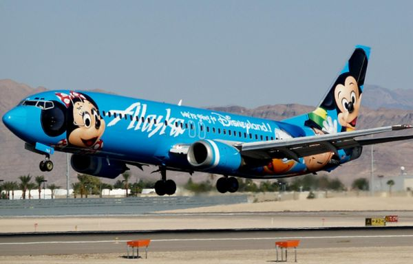 Alaska_Airlines_Mickey_and_Friends_Boeing_737-4Q8_N784AS