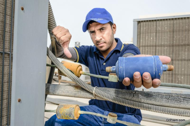 HVAC contractorHVAC-contractor-showing-damaged-HVAC-part